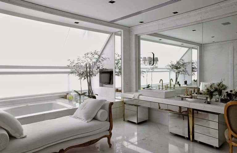 Banho suíte branco com acessórios dourados e espelhos