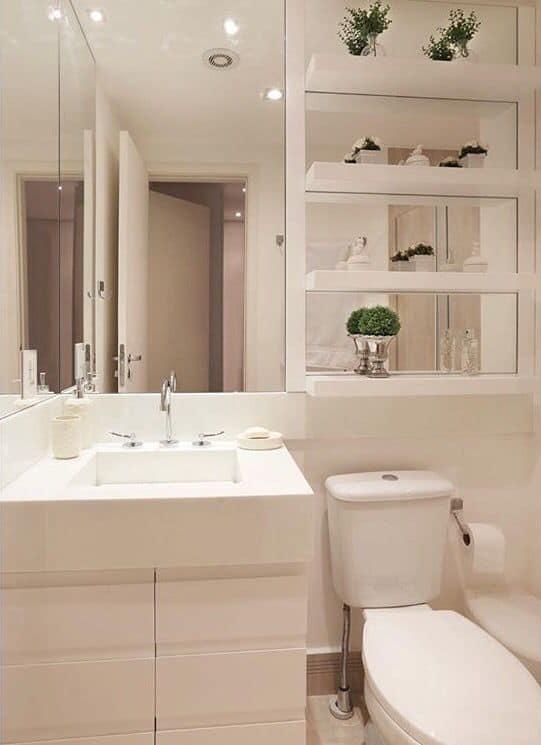 Banheiro branco com móveis sob medida brancos