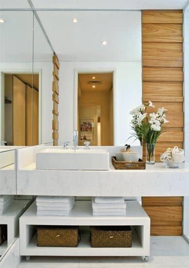 Decoração de banheiro branco com madeira, ficou lindo!