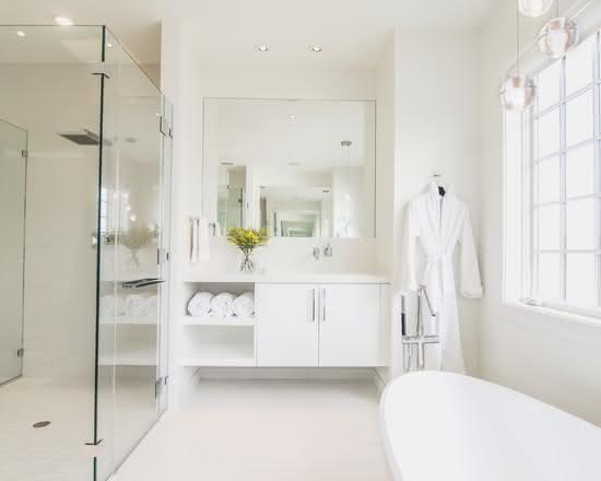 Banheiro simples todo branco