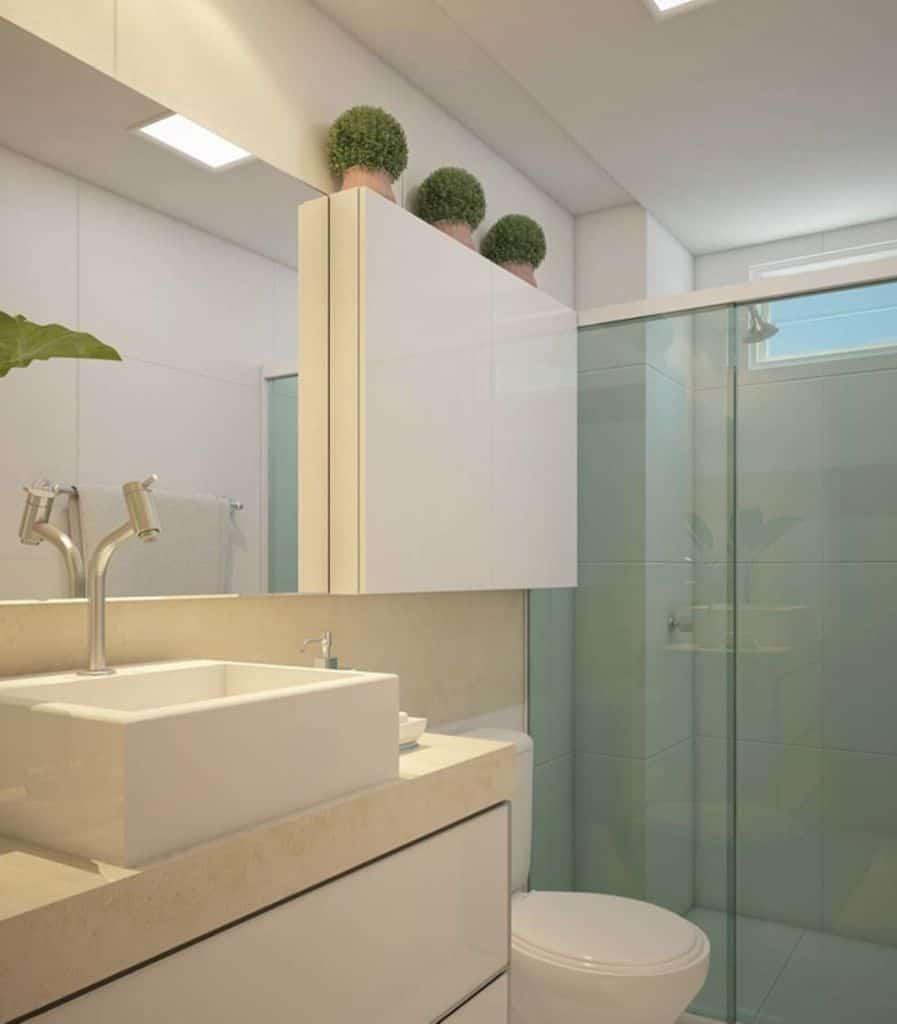 Banheiro branco simples com móvel aéreo