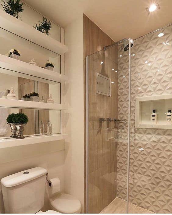 Banheiro branco com parede 3D e porcelanato que imita madeira
