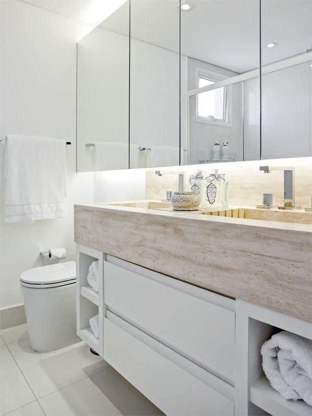 Armário a éreo de espelhos em banheiro branco com tampo de travertino