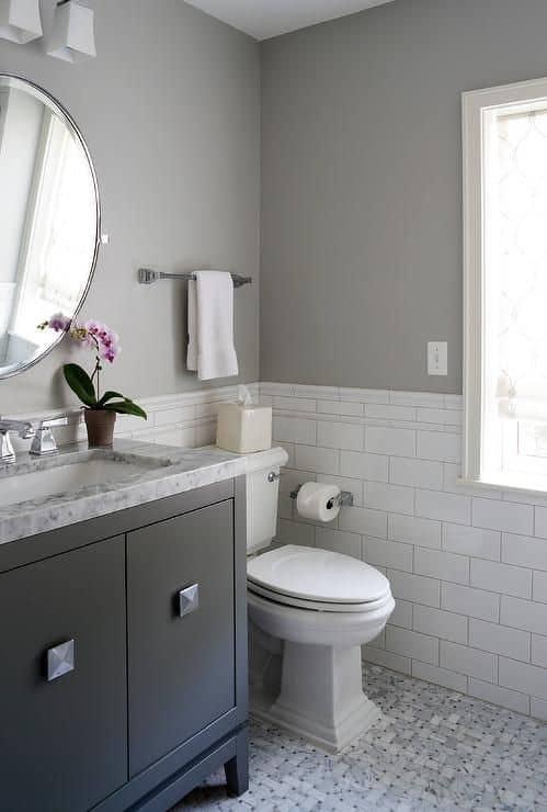 Banheiro branco com cinza e preto