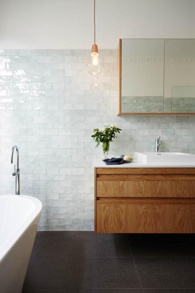 Banheiro branco com piso preto