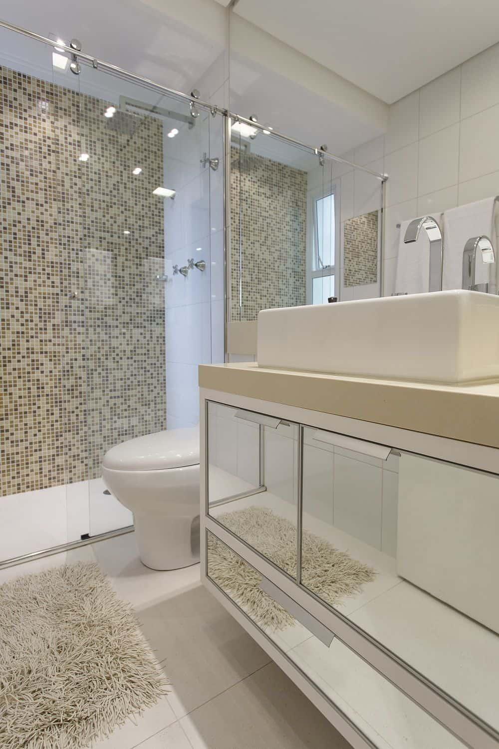 Banheiro branco com tampo crema marfil e pastilhas neutras