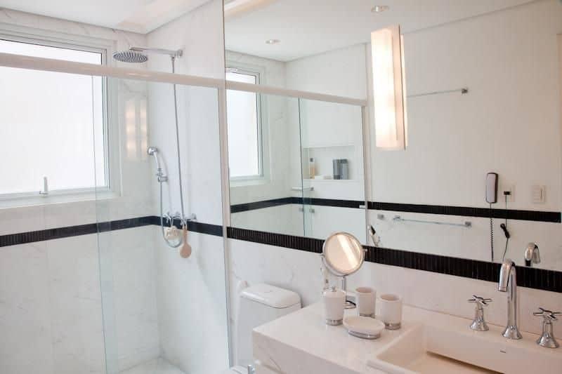 Detalhe faixa preta em banheiro claro