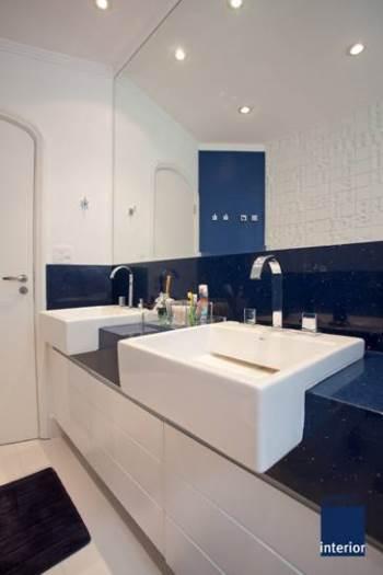 Banheiro branco com tampo em silestone azul escuro