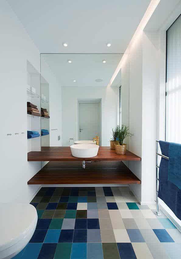 Banheiro branco com piso colorido azul