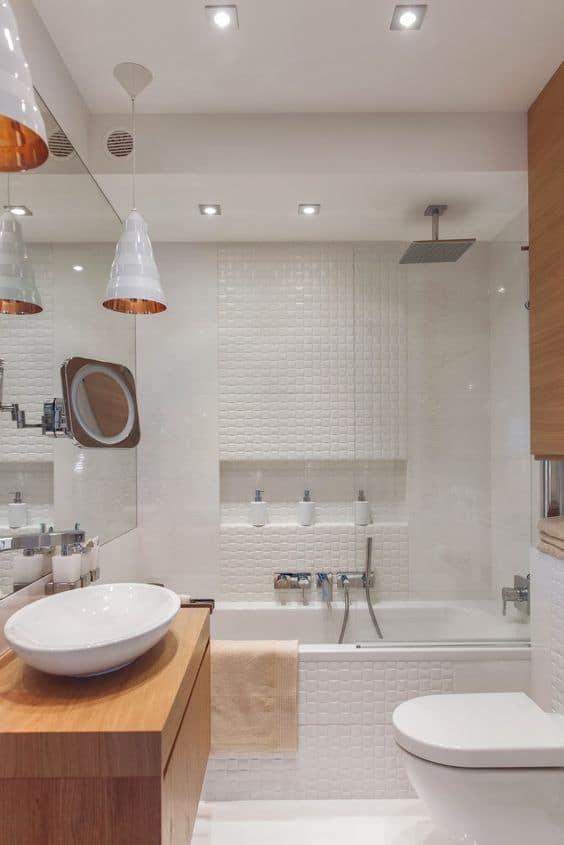 Banheiro com banheira branco e detalhes em madeira