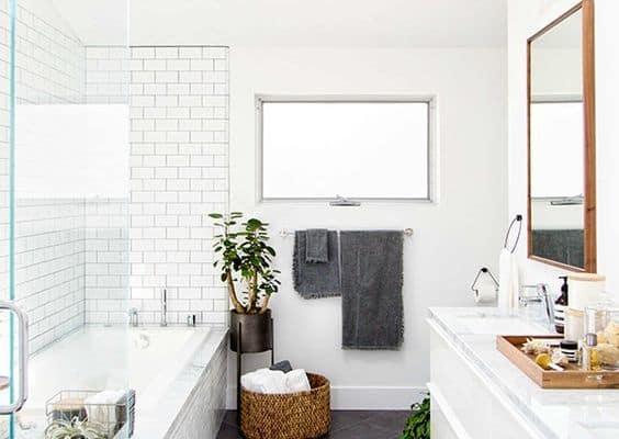 Banheiro com banheira branco com piso preto