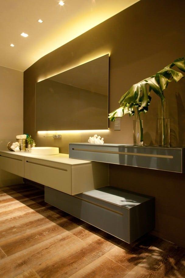 Espelho com fita de LED em cima e embaixo