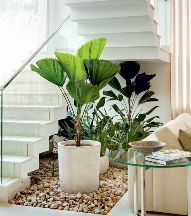 jardim com vasos embaixo da escada