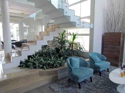 decoracao embaixo da escada com plantas