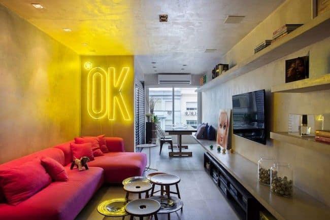 Neon amarelo em sala de TV