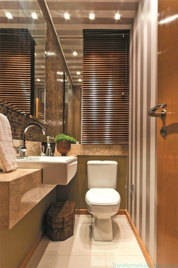 Banheiro com decoração moderna com papel de parede no teto