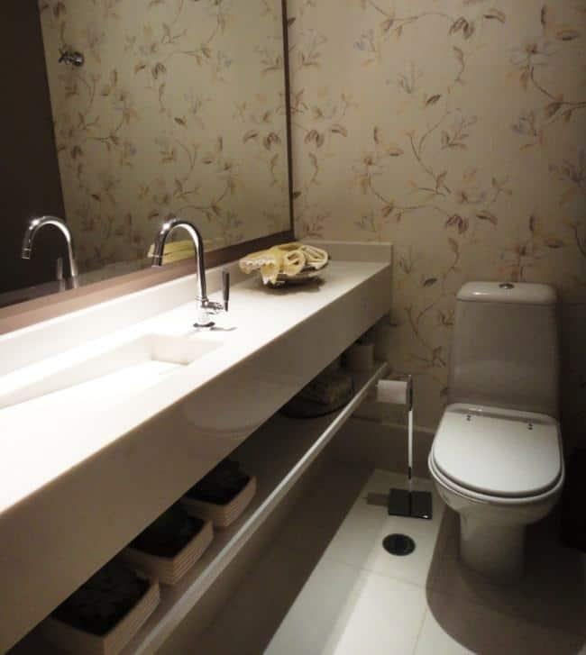 Lavabo com papel de parede floral bege