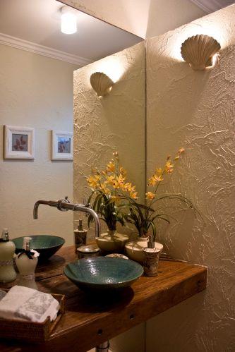 Decorar o lavabo com acessórios diferentes e textura na larede