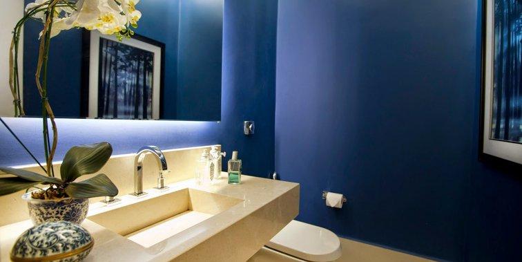 Azul na decoração do lavabo com tampo de mármore crema marfil
