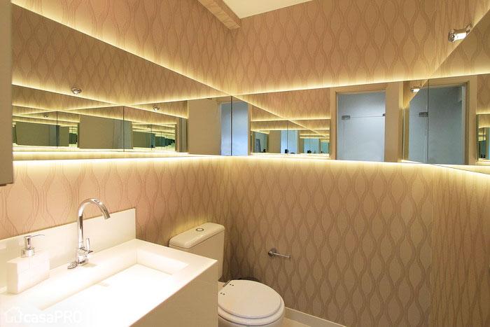 Espelho com fita de LED em todas paredes do banheiro