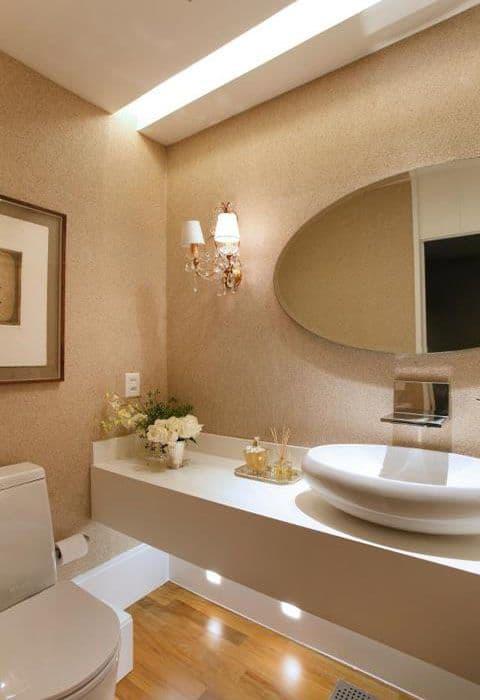 Ideia para decorar banheiro clean com papel de parede e tampo branco de quartzo