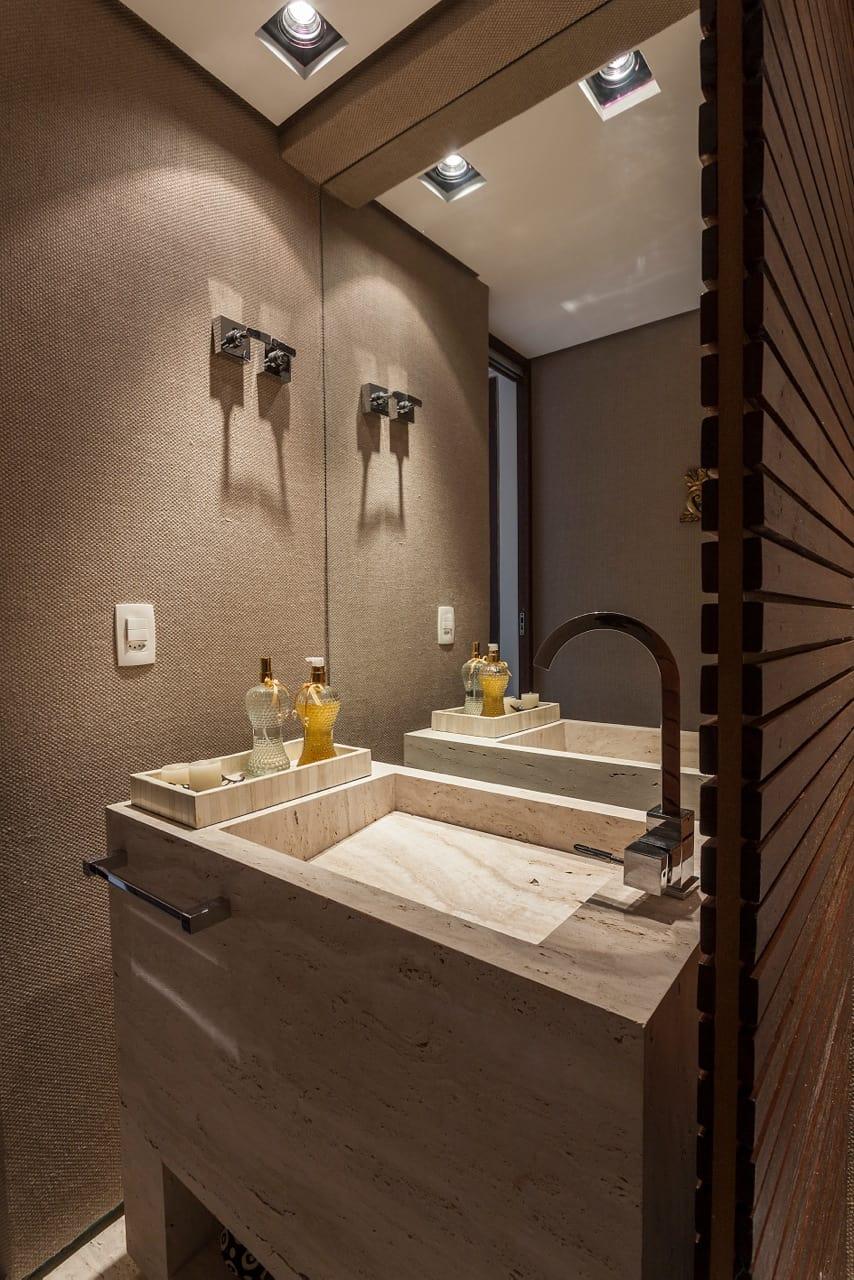 Lavabo com paredes  revestidas de tecido e cuba de mármore travertino esculpida