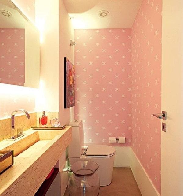 Lavabo com papel de parede rosa