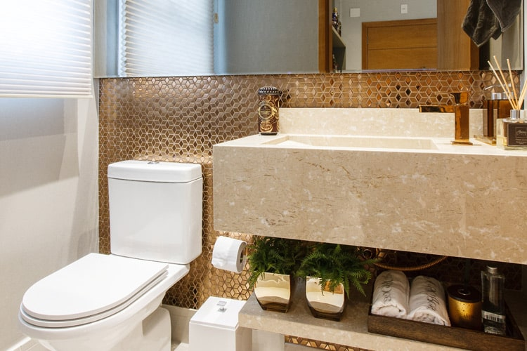 Pastilhas douradas na parede do lavabo