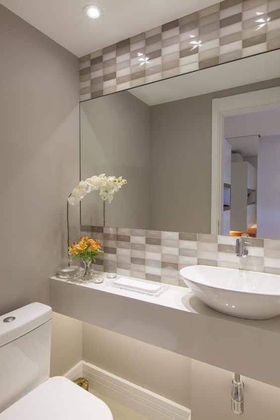 Branco e nude na decoração do lavabo pequeno