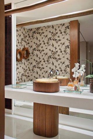 Papel de parede floral preto e branco e cuba diferente no banheiro