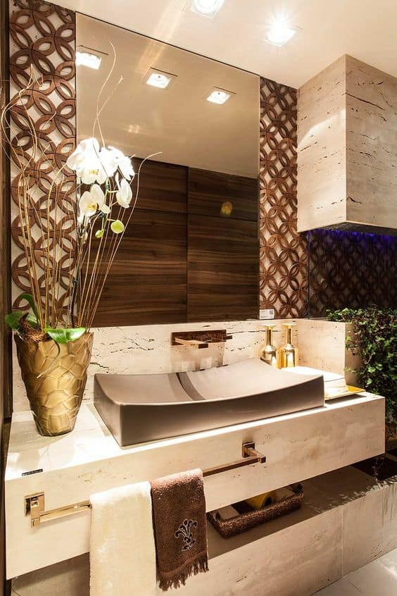 Cuba marrom e revestimento de madeira no lavabo
