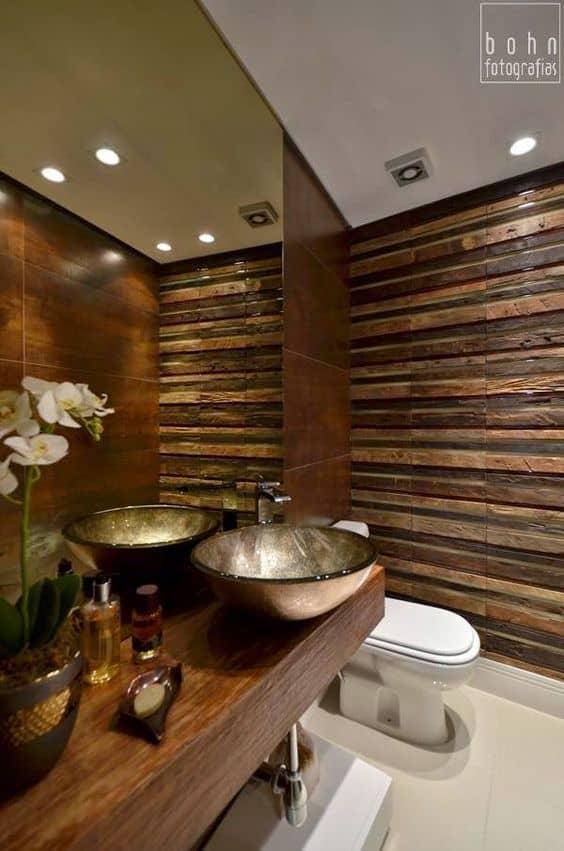 Decoração com madeira e dourado no lavabo