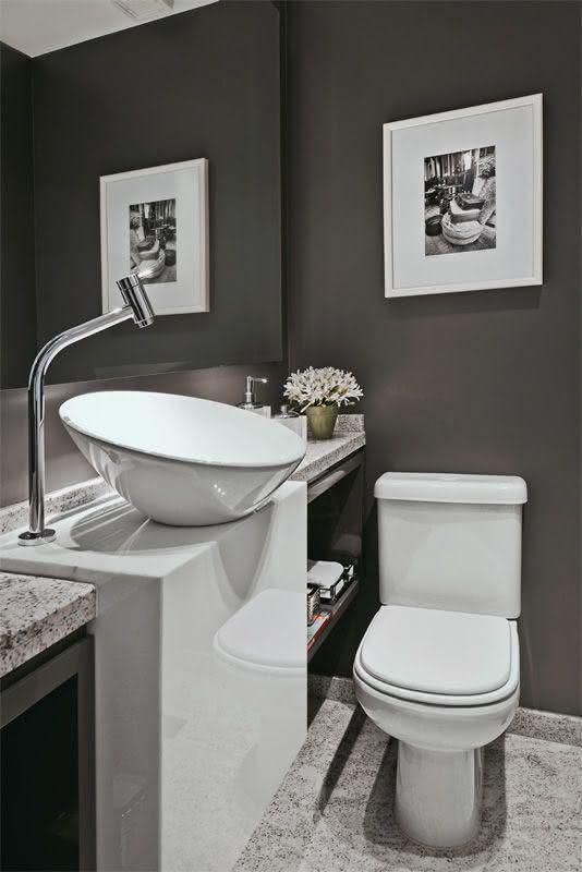 Parede preta no lavabo moderno e sofisticado