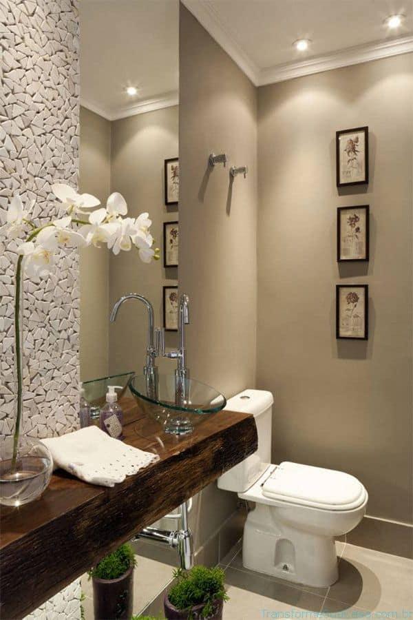 Elegante decoração com pedras portuguesas e tampo de madeira lavabo