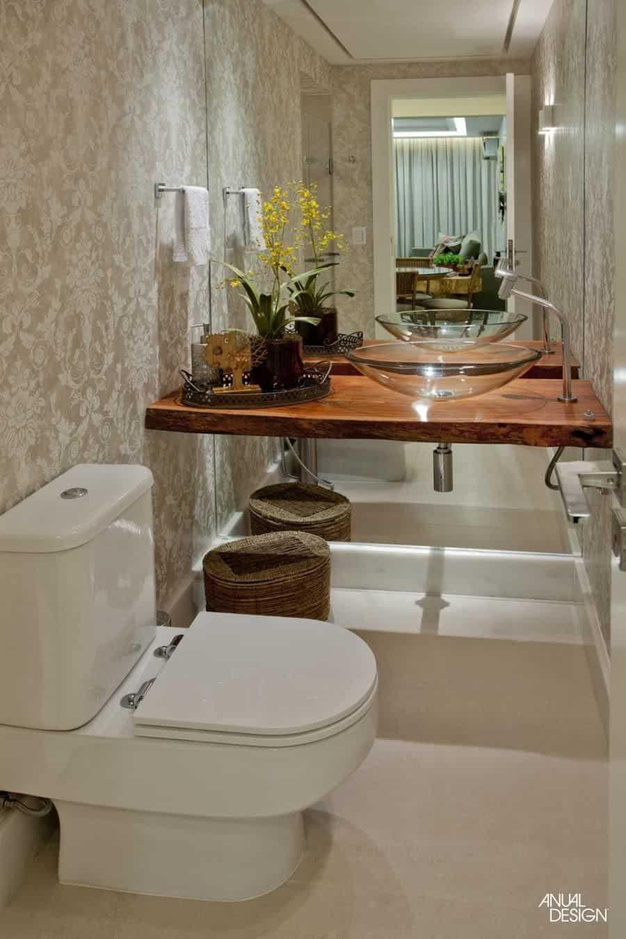 Tampo de madeira e cuba de vidro no lavabo