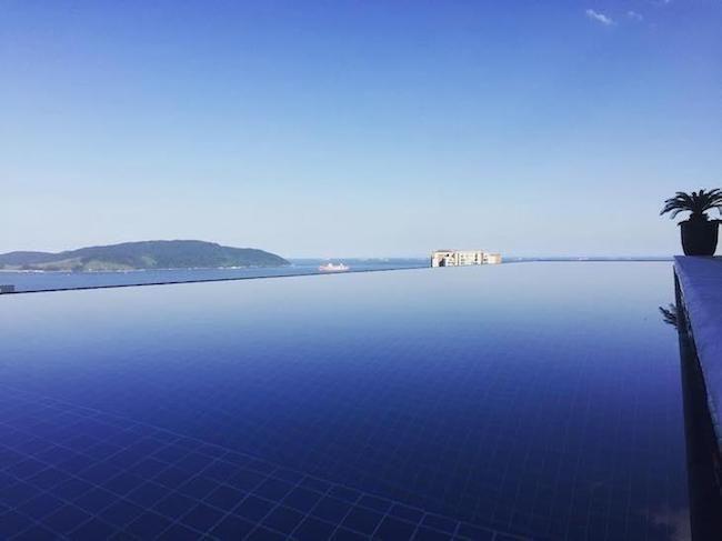 vista da piscina com borda infinita de frente para o mar