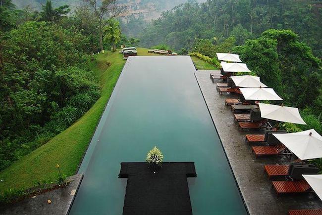piscina com borda infinita de luxo
