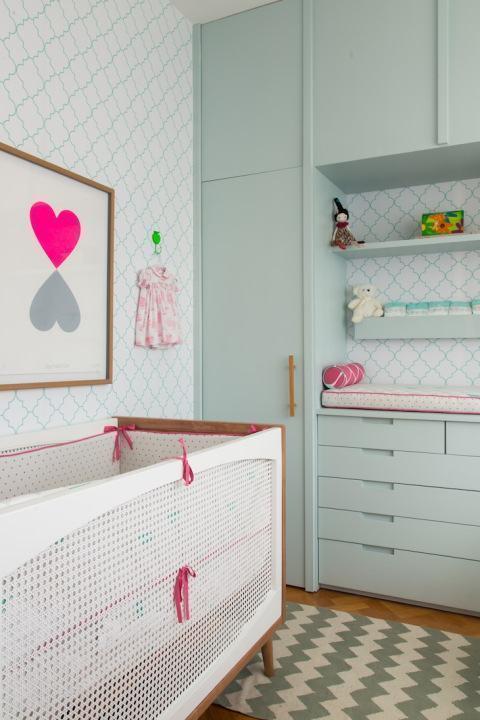 Quarto de bebê colorido rosa e verde