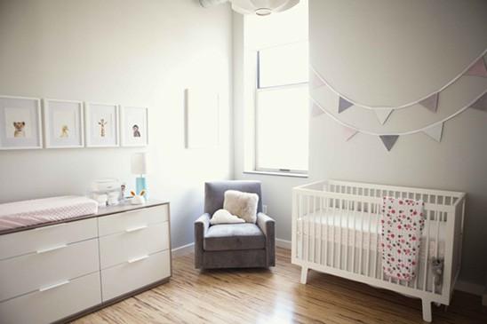 Quarto claro e simples para bebês