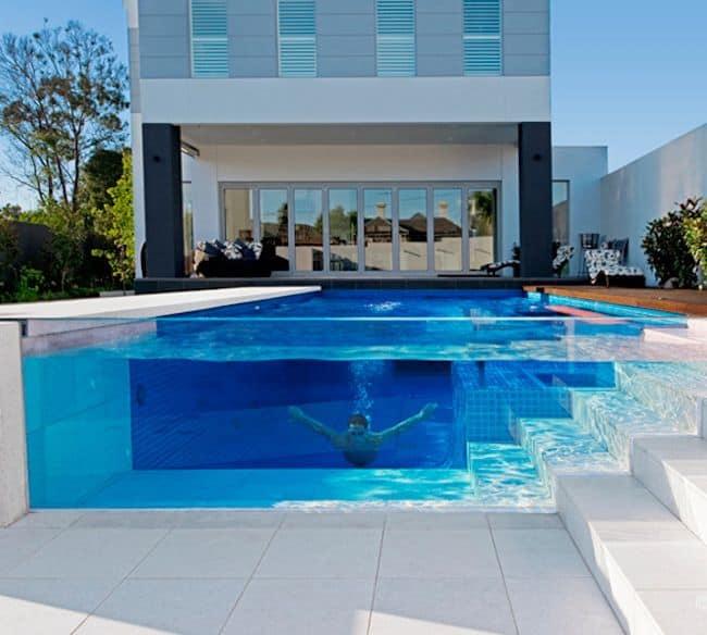 piscina com lateral de vidro