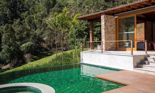 piscina com borda infinita e deck