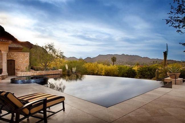 piscina borda infinita com pedra ao redor