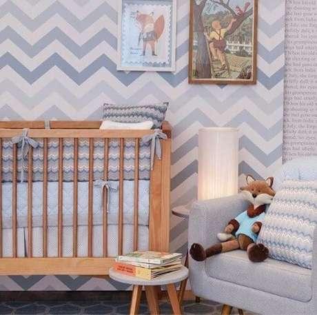 Quarto de bebê moderno com parede em chevron
