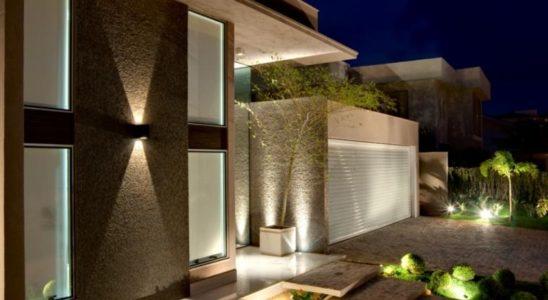 como iluminar a fachada de casa