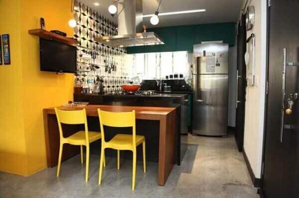 Cozinha americana com cores escuras e amarelo