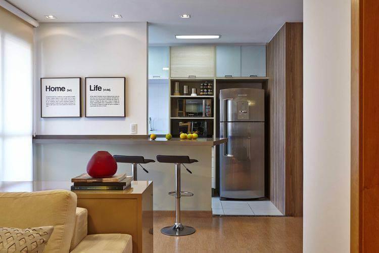 Aqui temos uma cozinha integrada com cores de madeira e vidros brancos