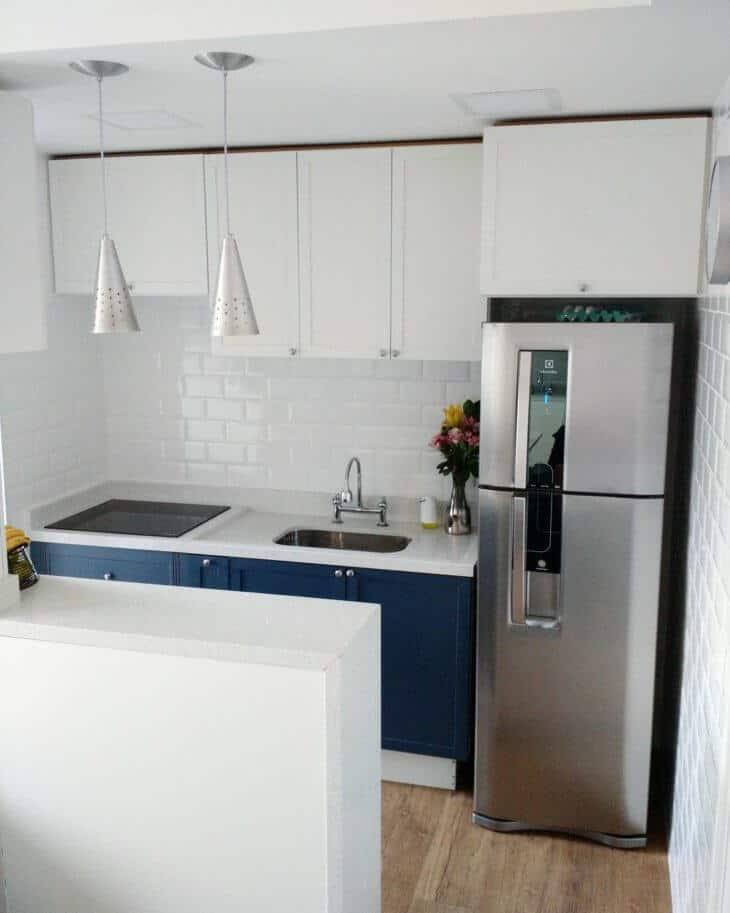 Tem uma cozinha pequena? Que tal planejar fazer móveis brancos com azul?