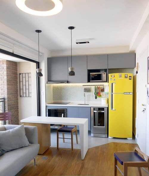cozinha planejada pequena com geladeira amarela