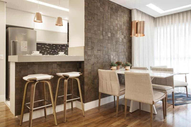 bancada de cozinha revestida de mosaico de madeira