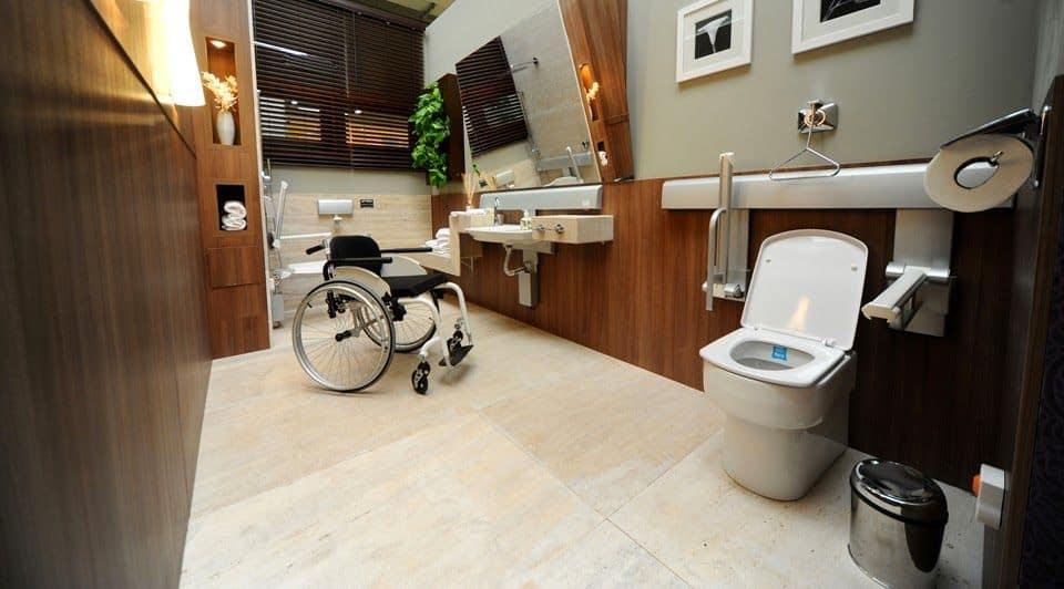 Acessibilidade em banheiro decorado